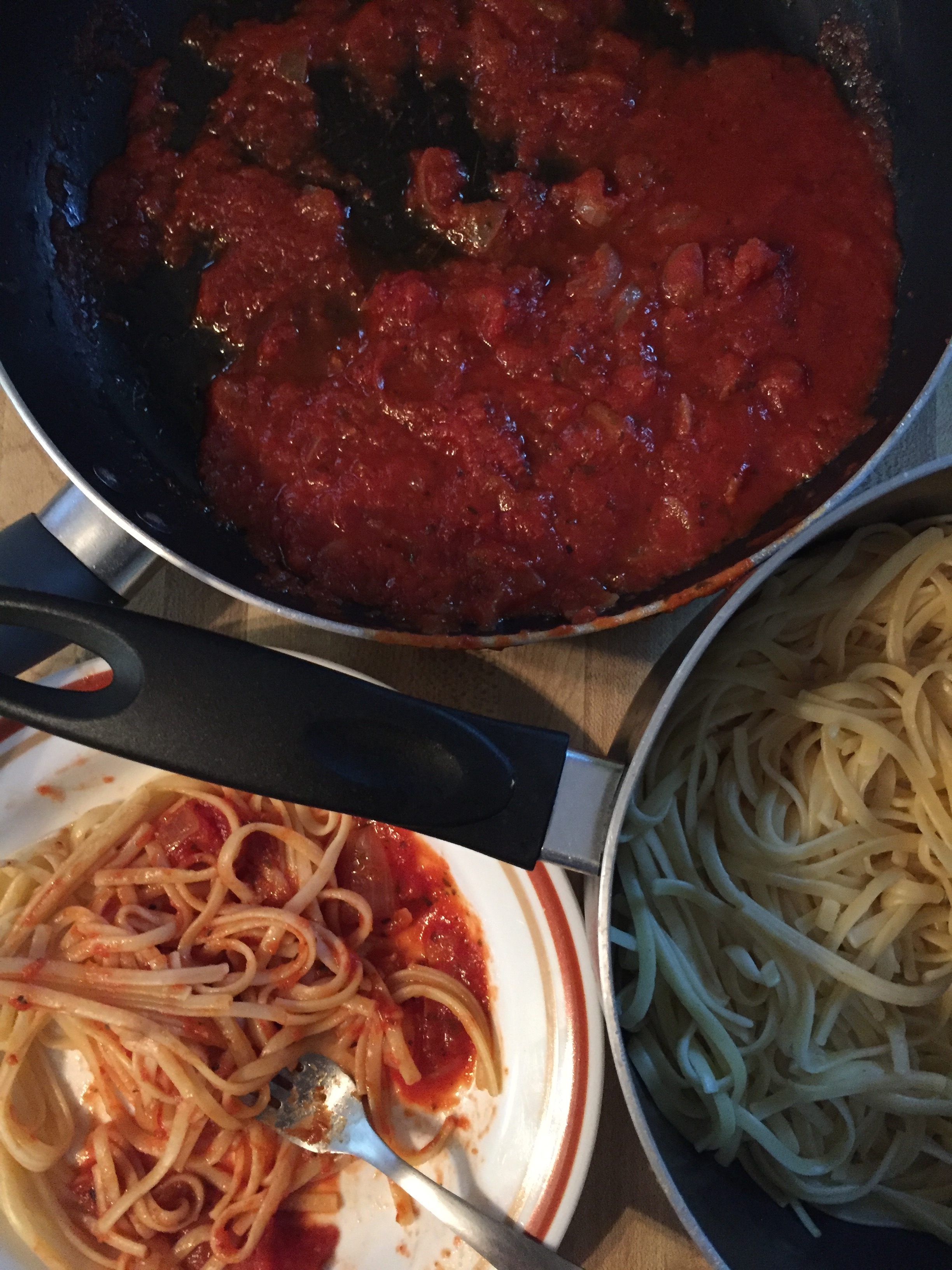 simple-vegan-friendly-linquini-tomato-sauce-basil-and-saute-onions