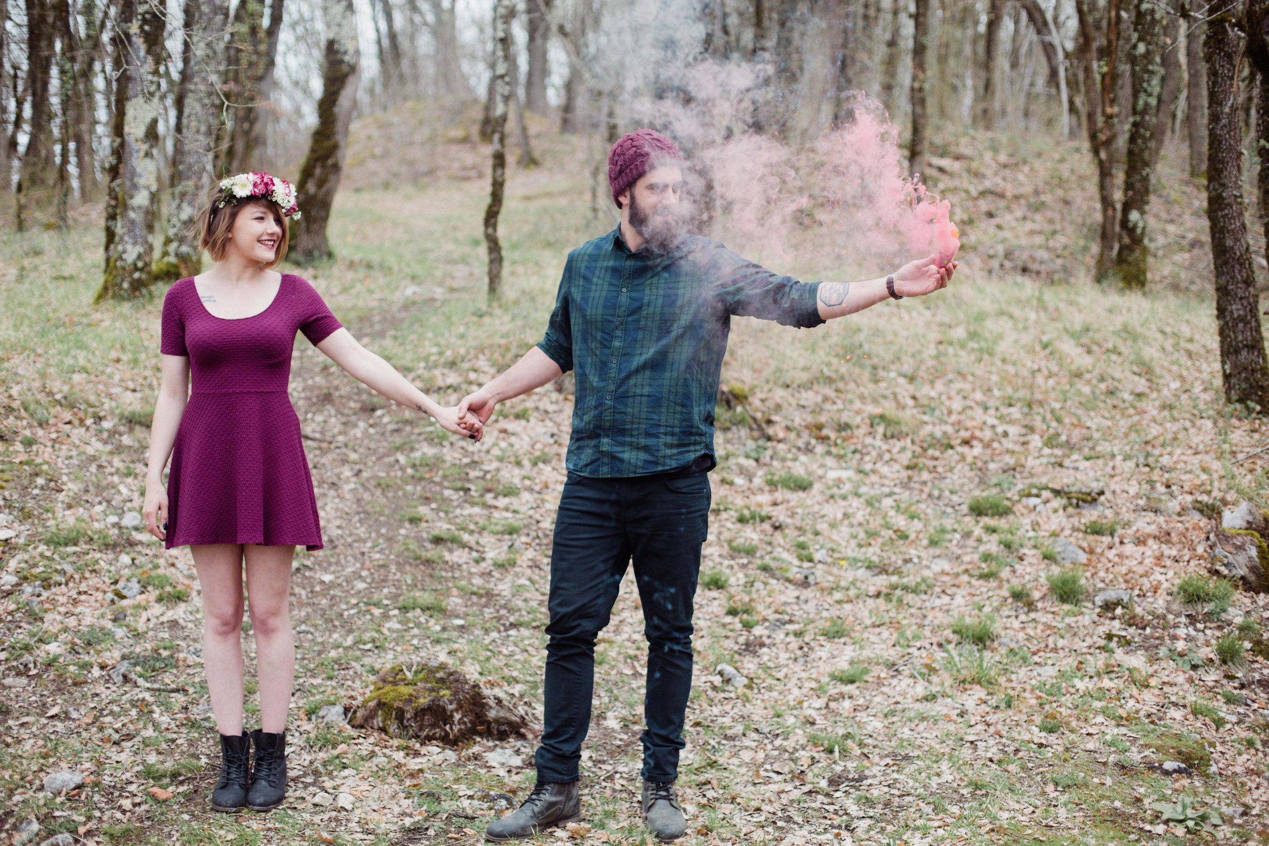 love story seance engagement couple forêt chapelle perdue fumigène rock couronne de fleurs Dordogne Périgueux Photographe Pauline Maroussia P Bordeaux