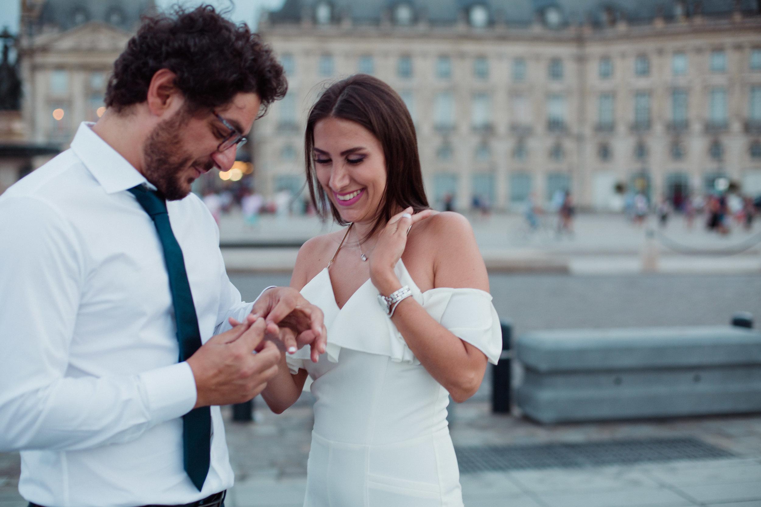 Seance-photo-couple-love-story-engagement-fiancailles-bordeaux-centre-balade-romantique-Pauline-Maroussia-P