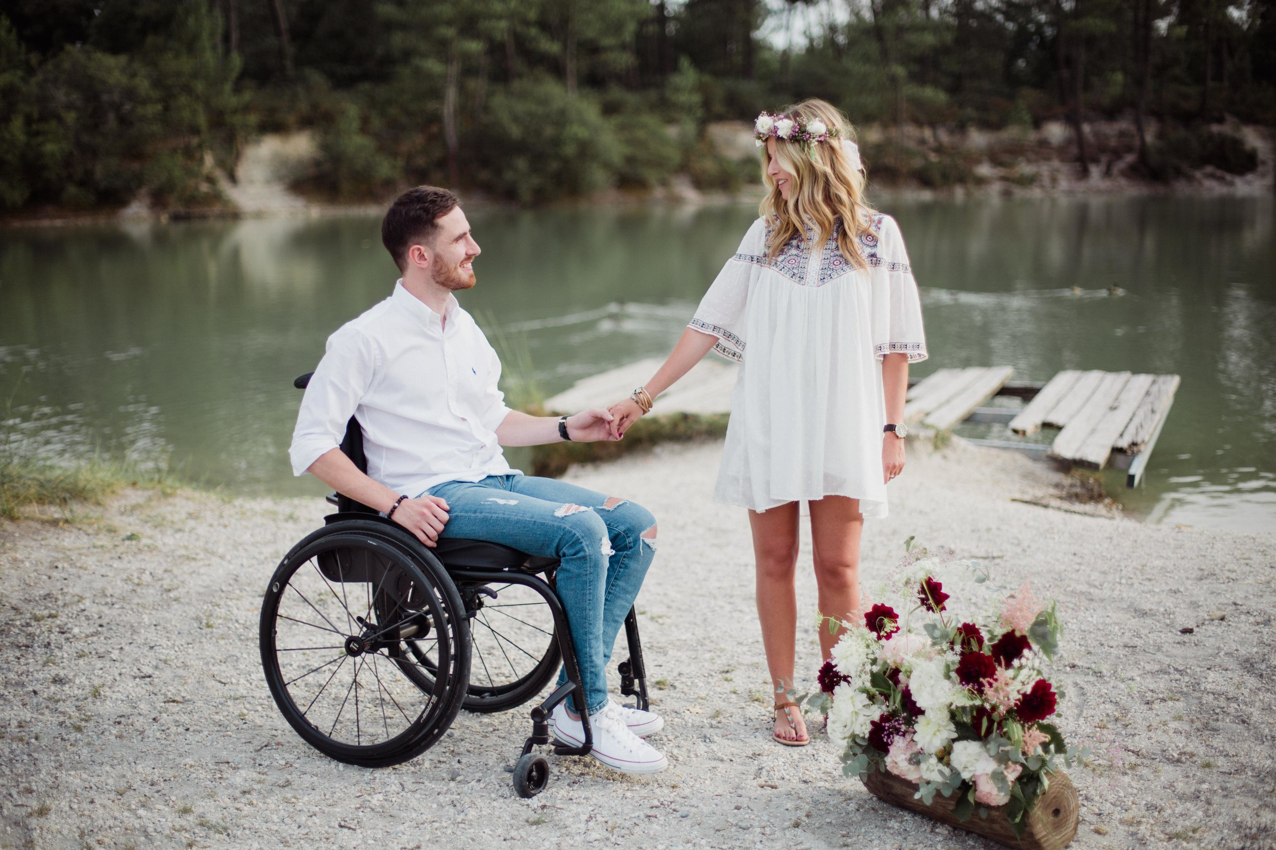 seance-couple-engagement-handicape-fauteuil-roulant-PaulineMaroussiaP-photographe-bordeaux-centre-lac-bleu-leognan