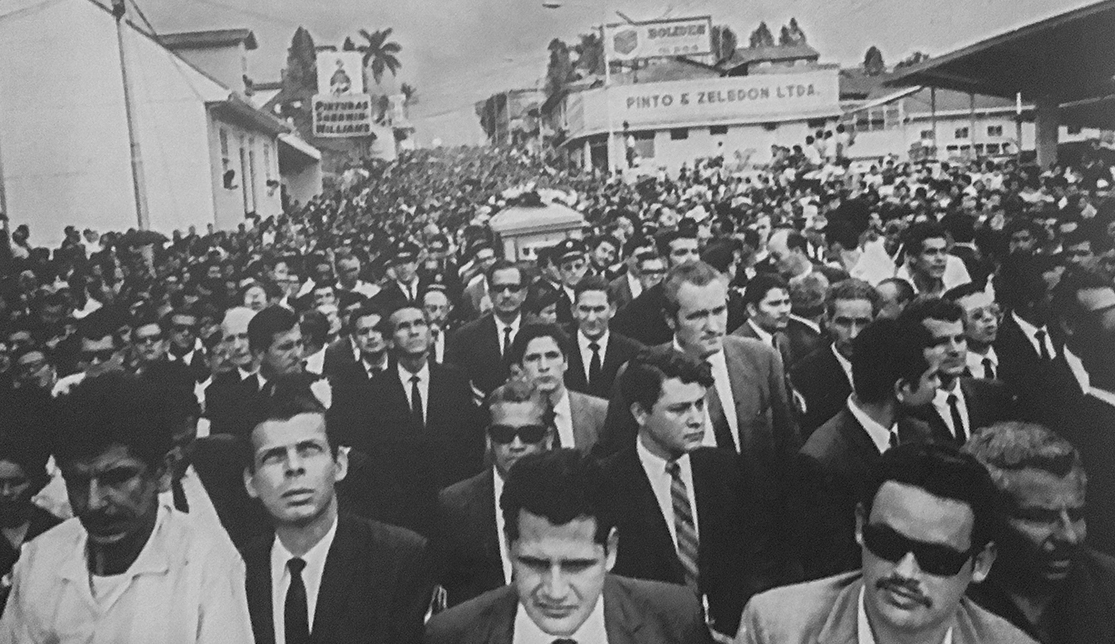 "The coffin containing the body of Calderón Guardia is carried by large crowds to the ""Cementerio Central"". San José, Costa Rica June, 1970."