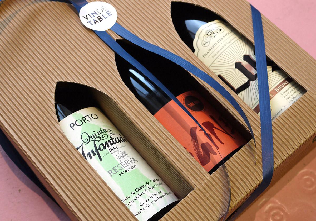 Den klassiske tre-styks æske  kan varieres på utallige måder med både vin, spiritus, portvin, øl og cider. Pris fra 200kr. Den afbildede pakke indholder, øko ruby portvin, øko Côtes du Rhône, mørk specialøl lavet på økologiske råvarer og vil koste 350kr. Vi har selvfølgelig også 1 og 2 styks æsker.