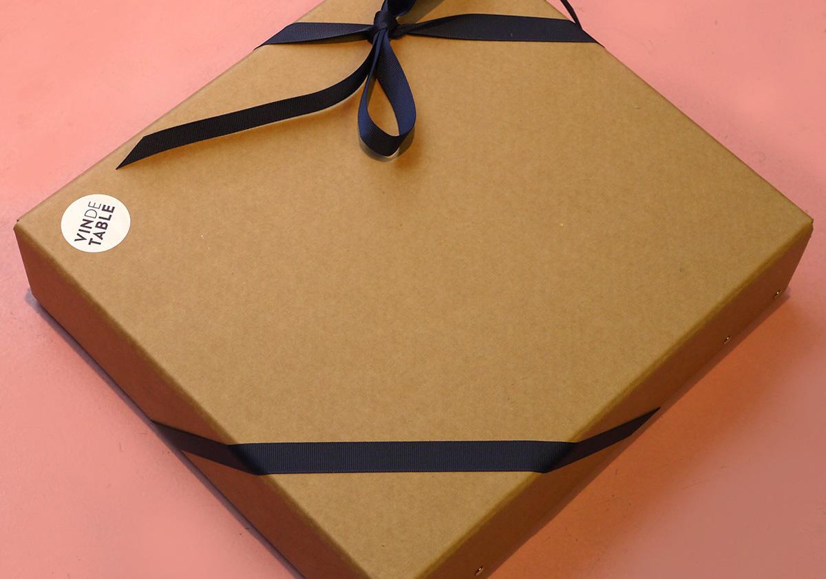 Alle vores gavepakker er i kartonage og lavet af genbrugspap, og indholdet er pakket ovenpå træuld.