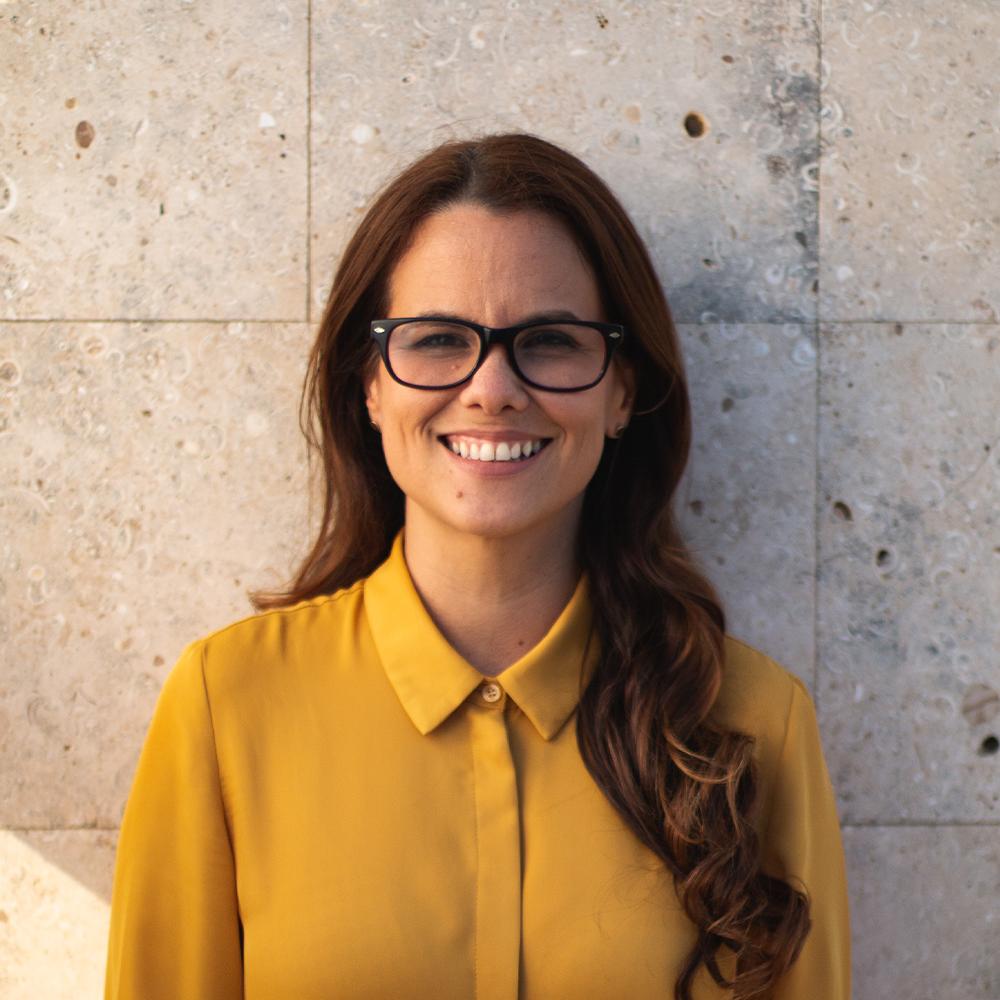Marilyn Navarro - Consejera en Rehabilitación. Durante los pasados 10 años ha dedicado su trabajo a la población estudiantil tanto escolar como universitaria. Se ha desempeñado como líder ministerial por más de 20 años de los que ha dedicado gran parte al trabajo con jóvenes y adolescentes.