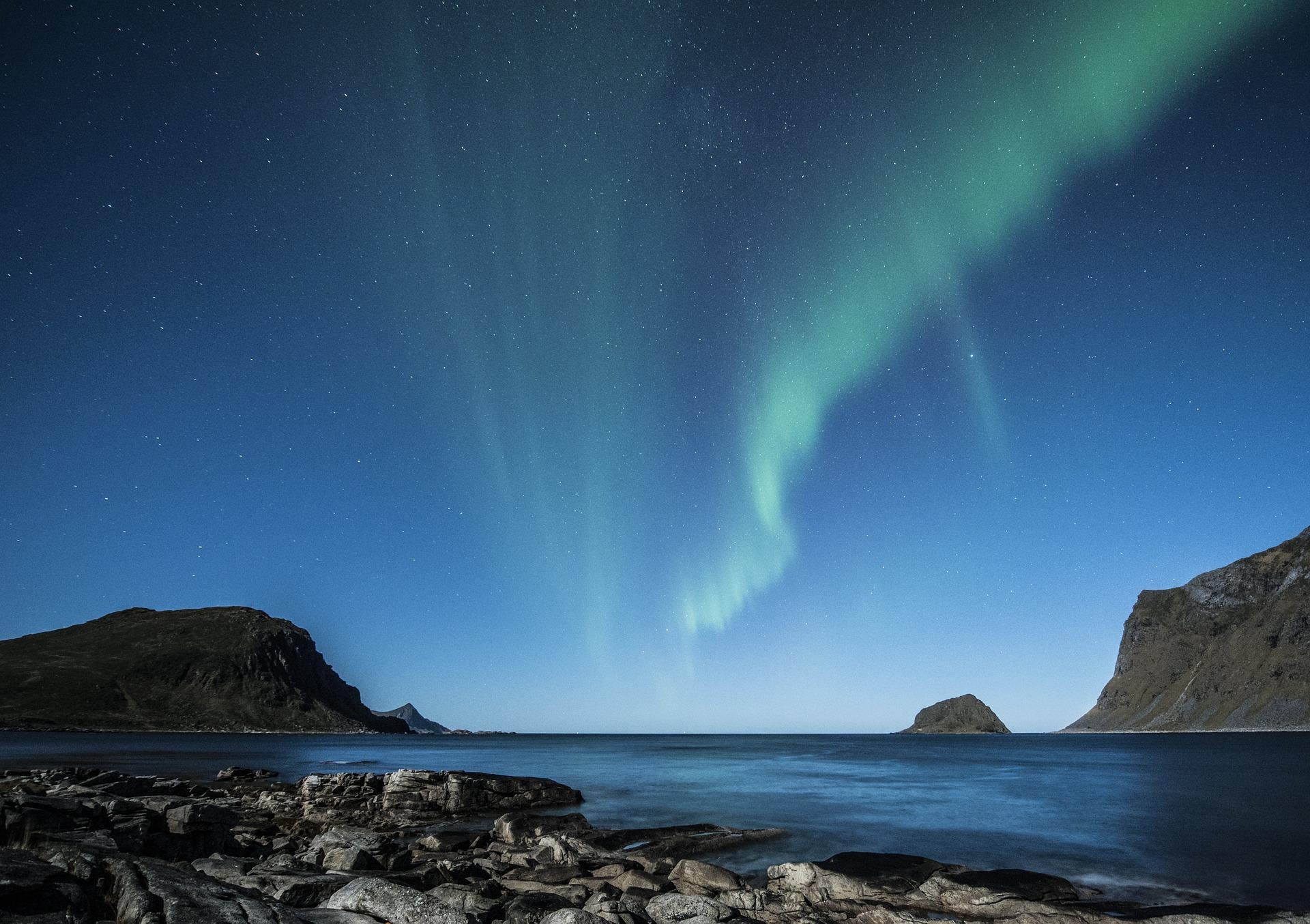 aurora-borealis-1032523_1920.jpg