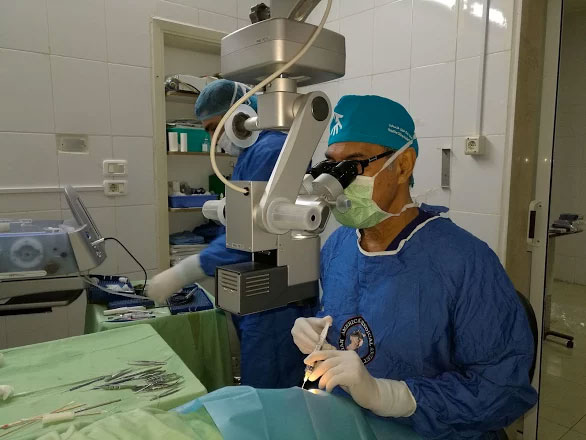 Dr Francis Nathan operating during his visit to Tripoli, Lebanon, in February 2017. [Photo: PCRF]