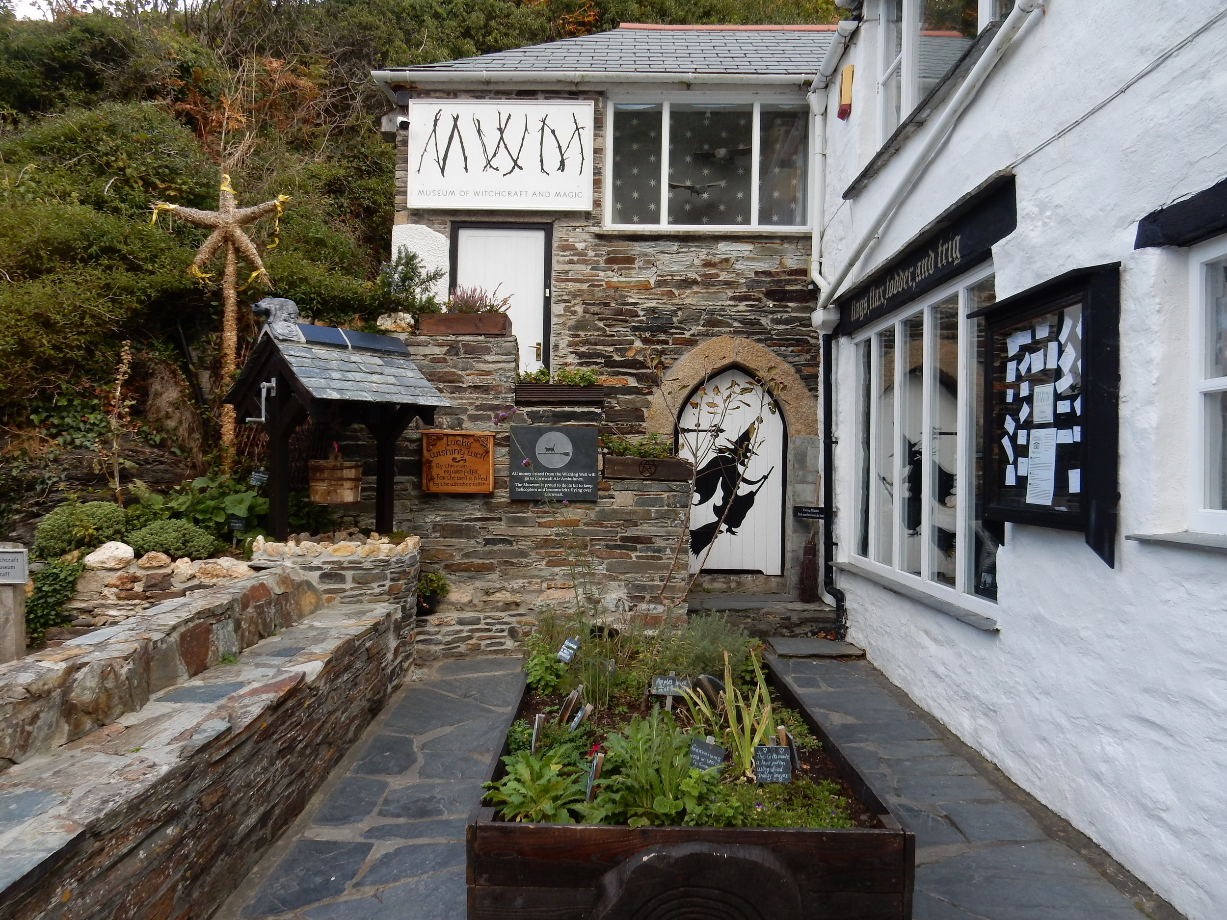travel blogger explores boscastle cornwall
