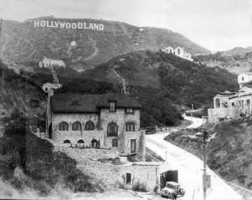 The HOLLYWOODLAND sign and the Humphrey Bogart house, circa 1925. Bogart was a Beachwood Canyon neighbor of Peg Entwistle, and he had acted with her at Lakewood Theatre in the summer of 1931. Image courtesy Los Angeles Public Library, Security Pacific Collection.
