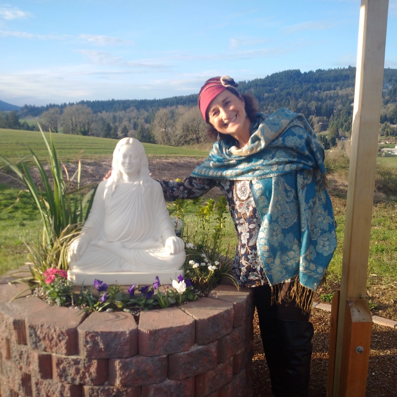 Steph with Parmahansa Yogananda statue.jpg