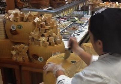 Cutting Parmigiano Reggiano the old fashioned way
