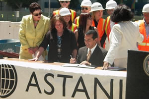 CCA's President & CEO, Carol Schatz; Jane Blumenfeld, City Planning; Councilwoman Jan Perry, and members of the construction team on Astani Enterprises' Concerto site watch as Mayor Villaraigosa signs the Downtown Housing Ordinance.