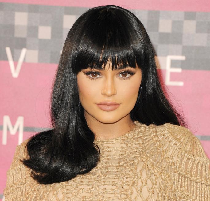 Kylie rocked bangs and super shiny Cleopatra locks at the VMAs