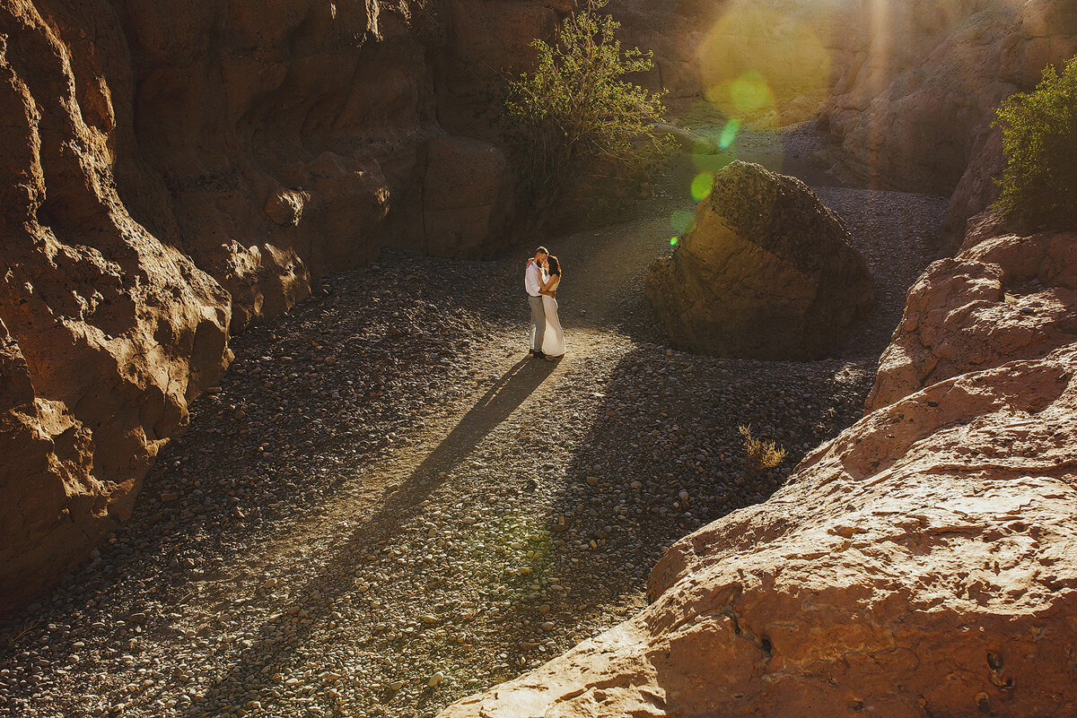 Creative couple portraits in the sesriem canyon in the Namibia Desert