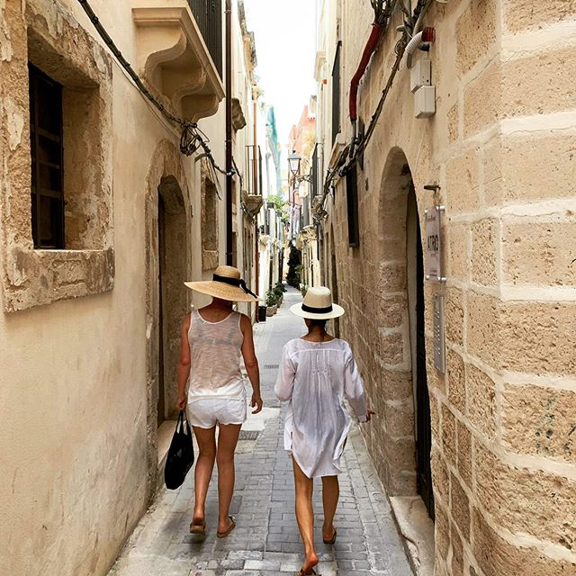 Strolling the streets in Sicily.#italianvacation #summerineurope #sicily #strawhats #summertrends2019 #italyholiday #italiansummer #shoppingitaly #friends #italiangetaway #ortigia #siracusa
