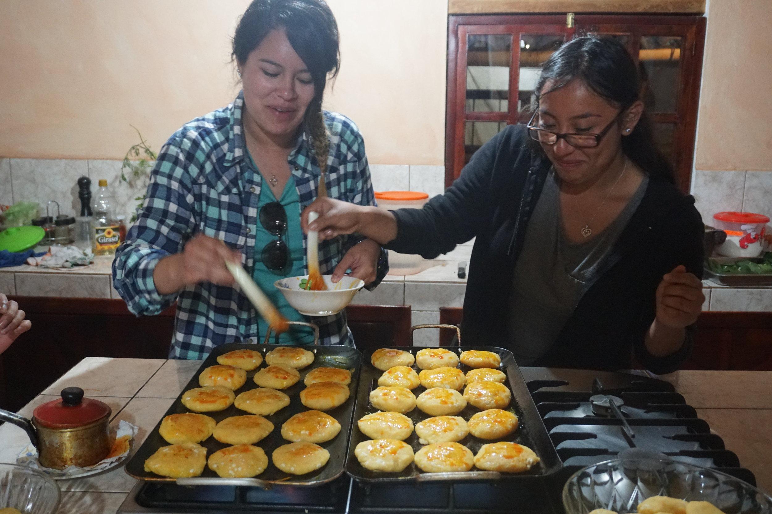 Maria and Viviana hacen comida de Ecuador.