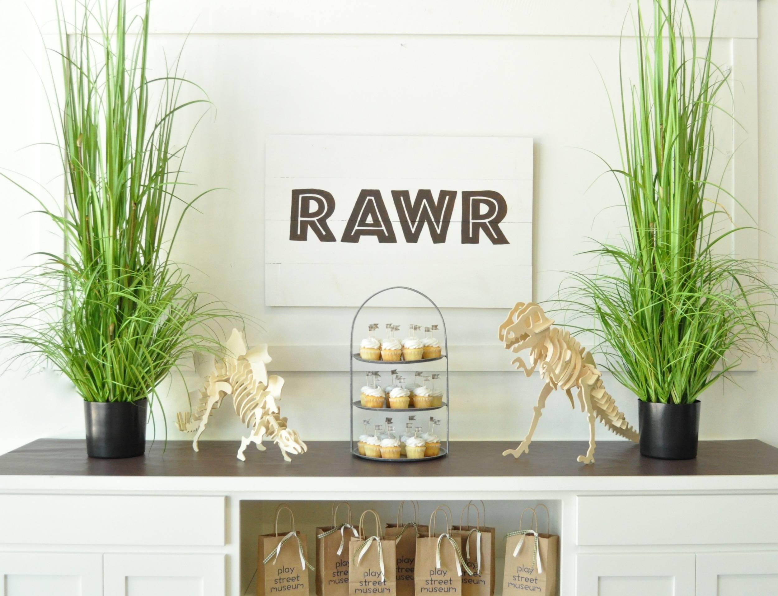 There is something about the simplicity of this theme that I really like. Maybe it is the symmetry, maybe its that it is so clean and uncluttered. Sometimes, whether it is planning a party, decorating a play room, or just life in general...Less is More!