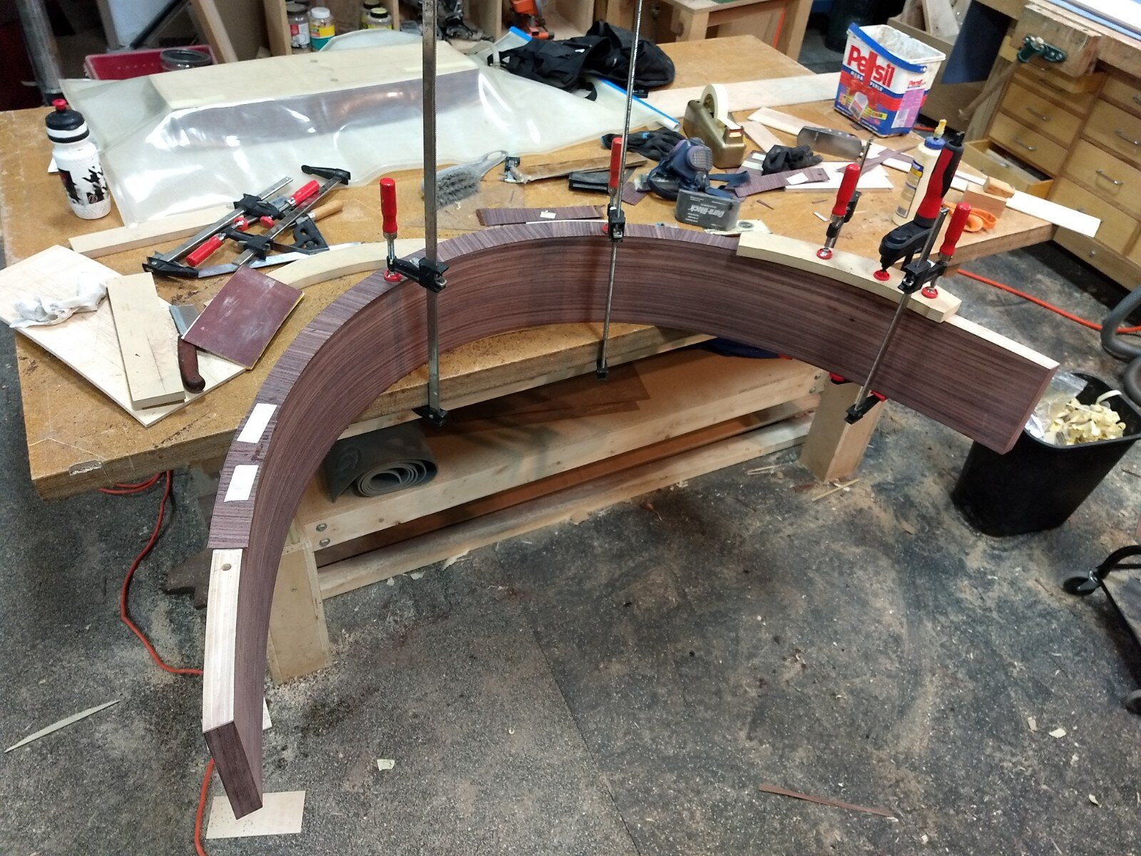 Clamping on edge veneer segments