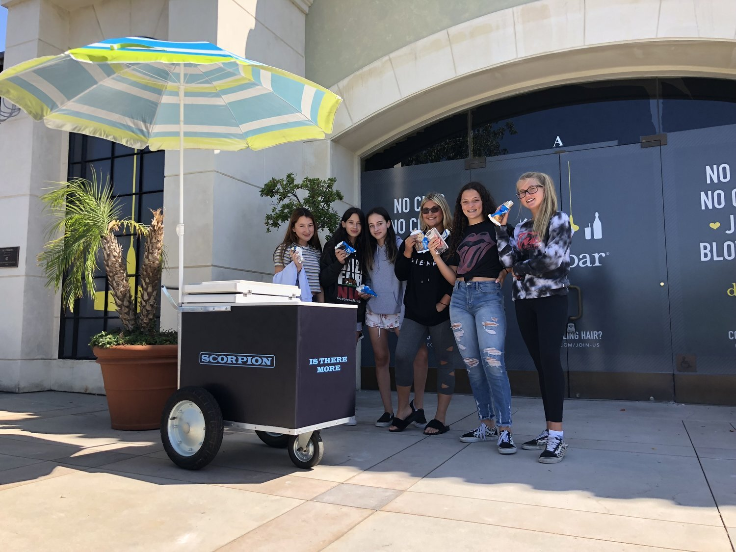 """Drake - Drake offers SoCal fans free ice cream on a hot Summer day with branded """"Scorpion"""" ice cream carts"""