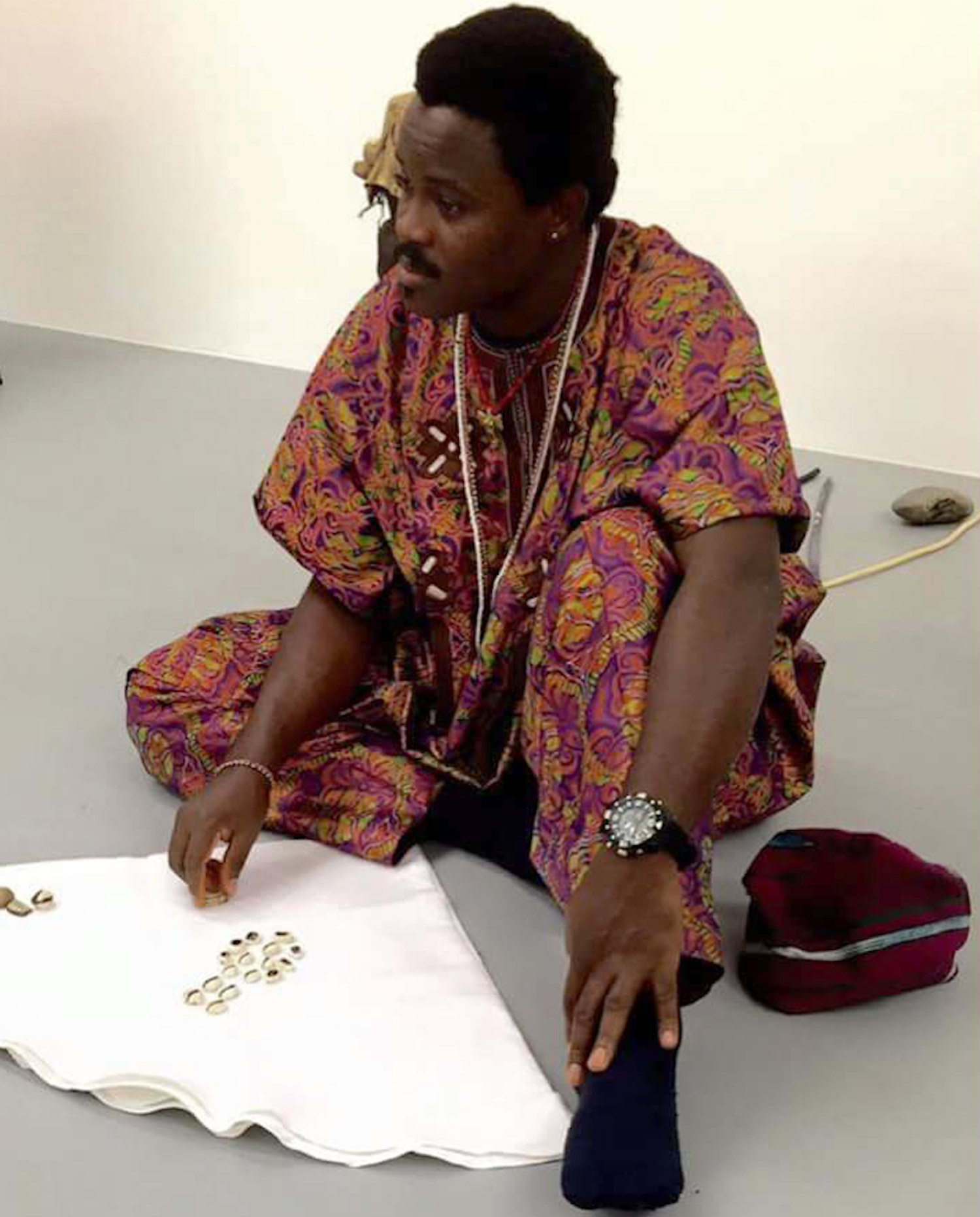 Sangosakin giving a lecture on Erindinlogun, the divination with cowry shells.