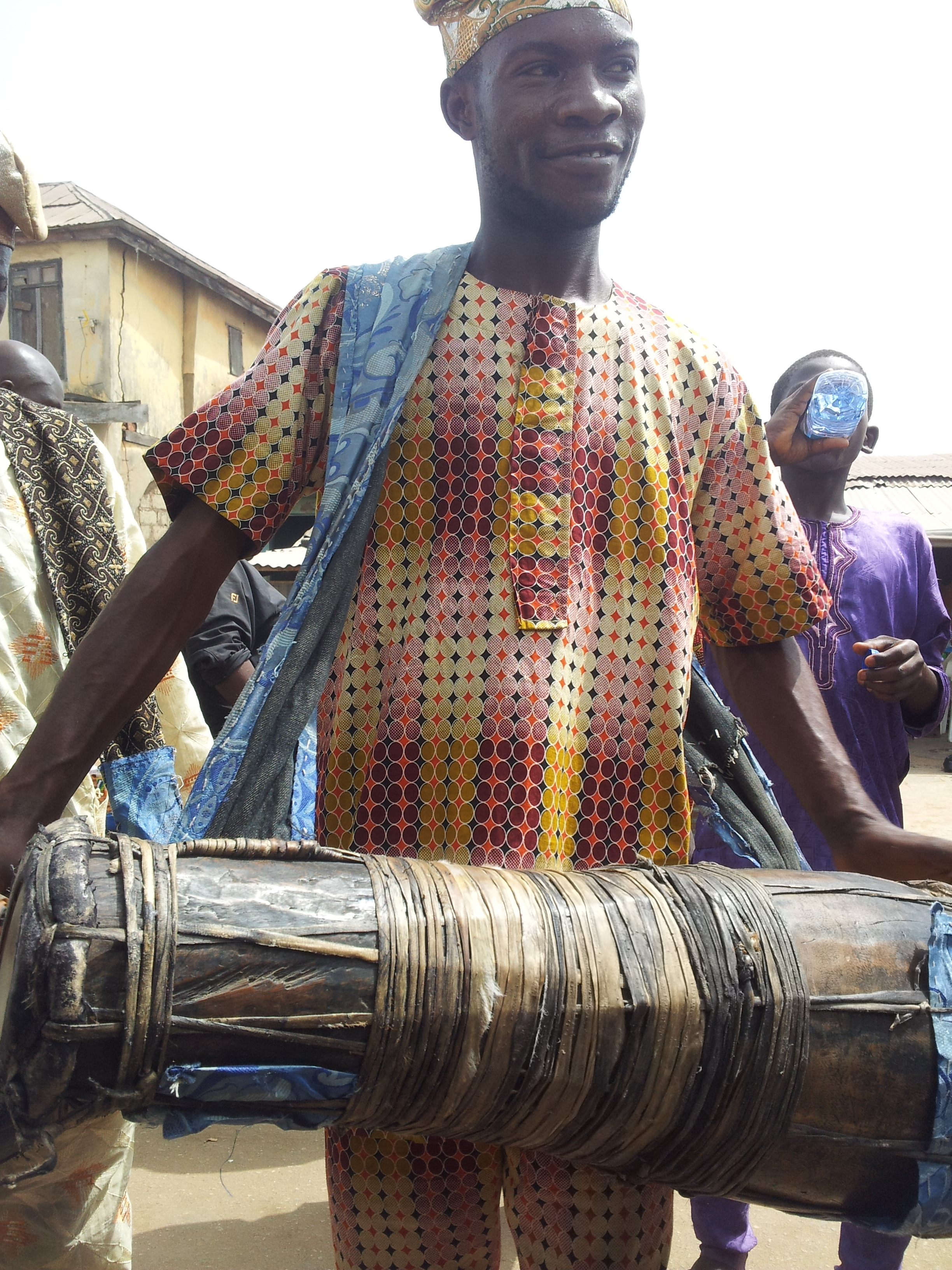 Here a bàtá player from Ile-Ife in Nigeria, 2016. Cuban consecrated bàtá drums look very similar, but differ in details. ©orishaimage.com