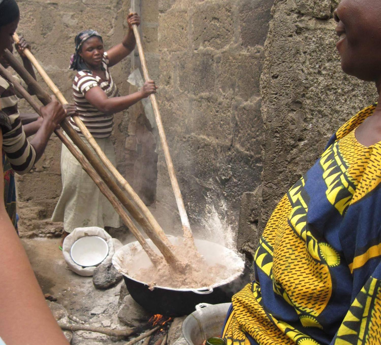 Cooking in a traditional Yorùbá compound. Heavy work.©Ilé Àrìrà