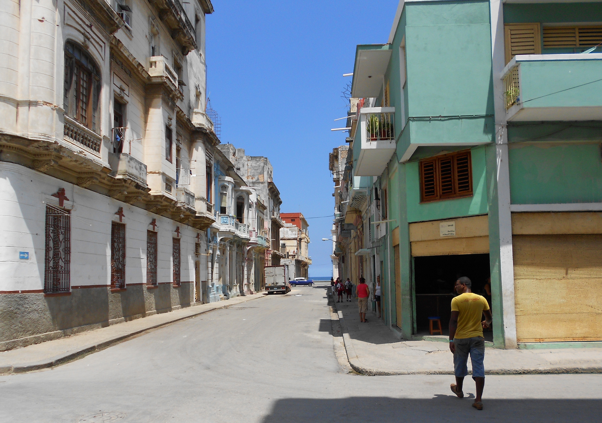 View down the Perseverancia street in the direction of San Lázaro and Malecón. ©Thomas Altmann