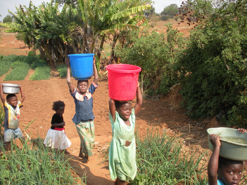 girls-carrying-water-001-1.jpg