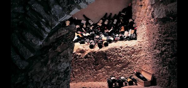 Cantina del ristorante, scavata nella roccia