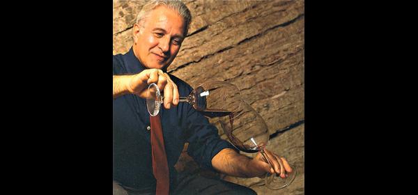 Lodovico Testi mentre versa un Amarone della Valpolicella