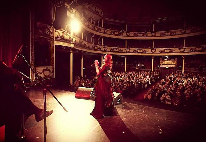 """CÁTIA DE OLIVEIRA - VOZNascida no meio artístico, Cátia de Oliveira iniciou-se no Fado aos sete anos de idade, incentivada pela sua avó. Aos 12 anos editou o seu álbum de estreia e, em 2008, viu nascer o seu segundo trabalho, """"Fados"""". Participou em vários concursos de Fado, é presença assídua em conceituadas casas de Fado do Porto e de Lisboa, e faz espetáculos por todo o país e também no estrangeiro."""