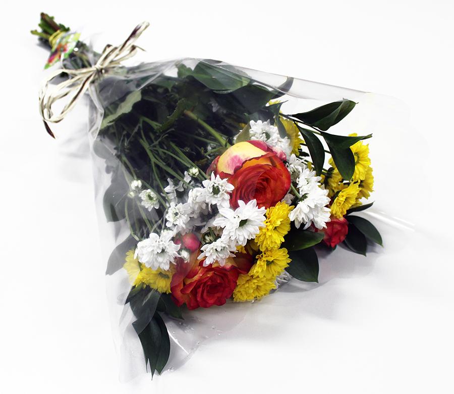 Buquê Amorize Essencial - Buquê composto por 3 Hastes de Crisântemo Santini branco, 3 Hastes de Santini amarelo, 4 Hastes de Ruscus e 3 botões de Rosa nacional.