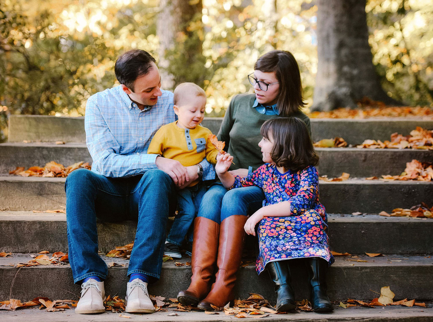 sweet-family-moment-at-a-fall-photo-session-william-and-mary-norfolk-williamsburg-photographer-melissa-bliss-photography.jpg