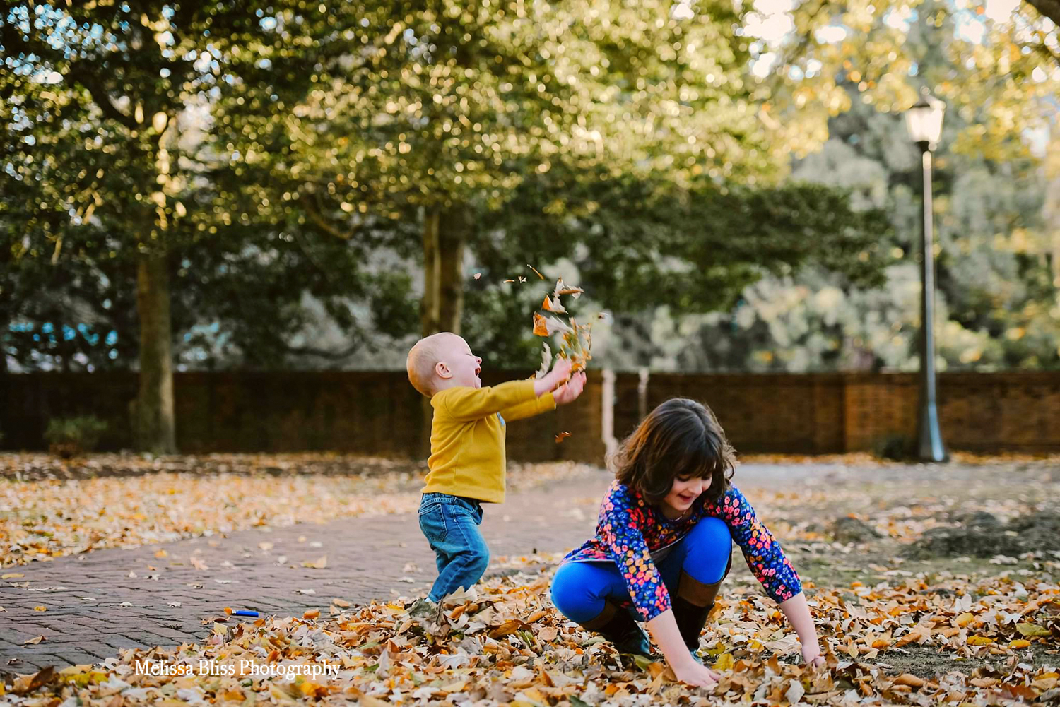 candid-fun-lifestyle-photos-children-playing-at-colonial-williamsburg-virginia-beach-photographer-melissa-bliss-photography.jpg