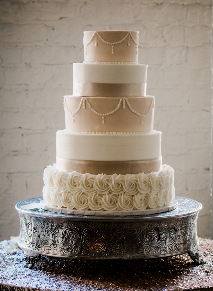 virginia-wedding-photographer-melissa-bliss-photography-wedding-cake-detail-photo.jpg