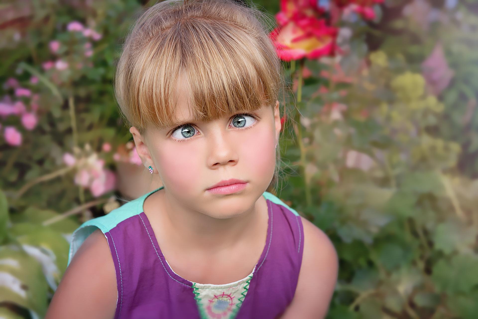 Bildet viser et barn som ser i kryss