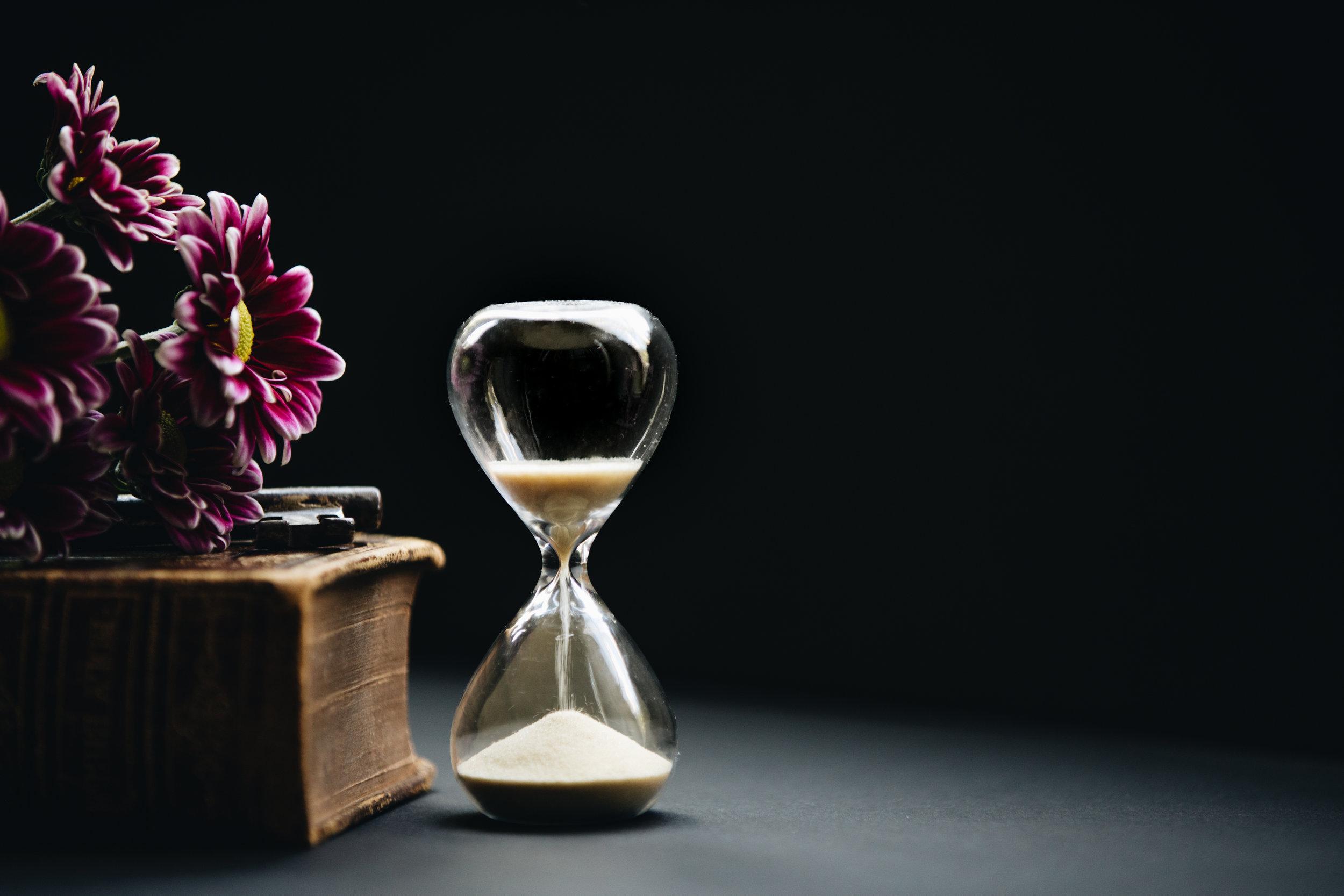 Bilde av timeglass der tiden renner ut