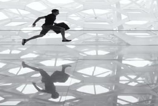 BIldet viser mann som løper fra møte til møte