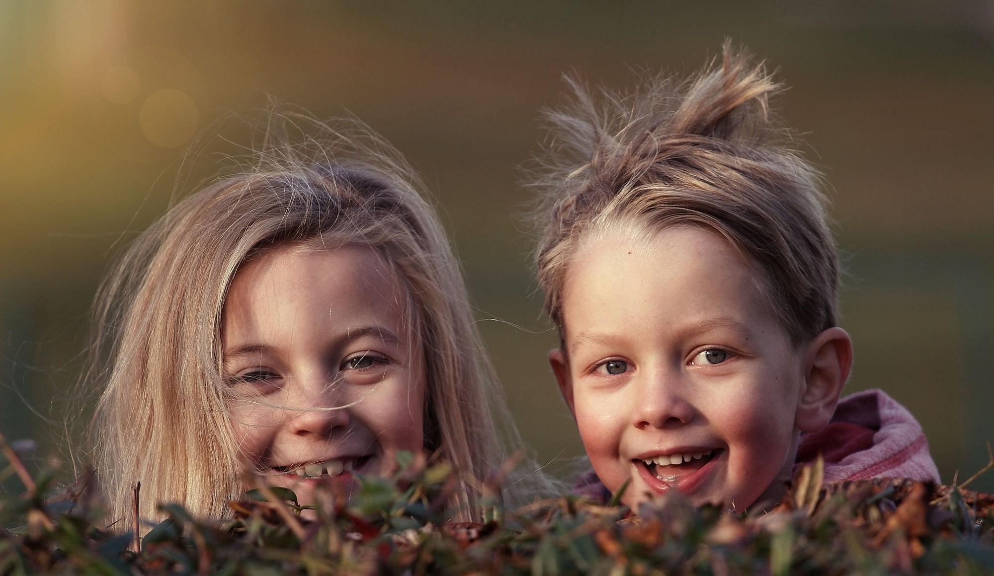 Bildet viser to smilende barn