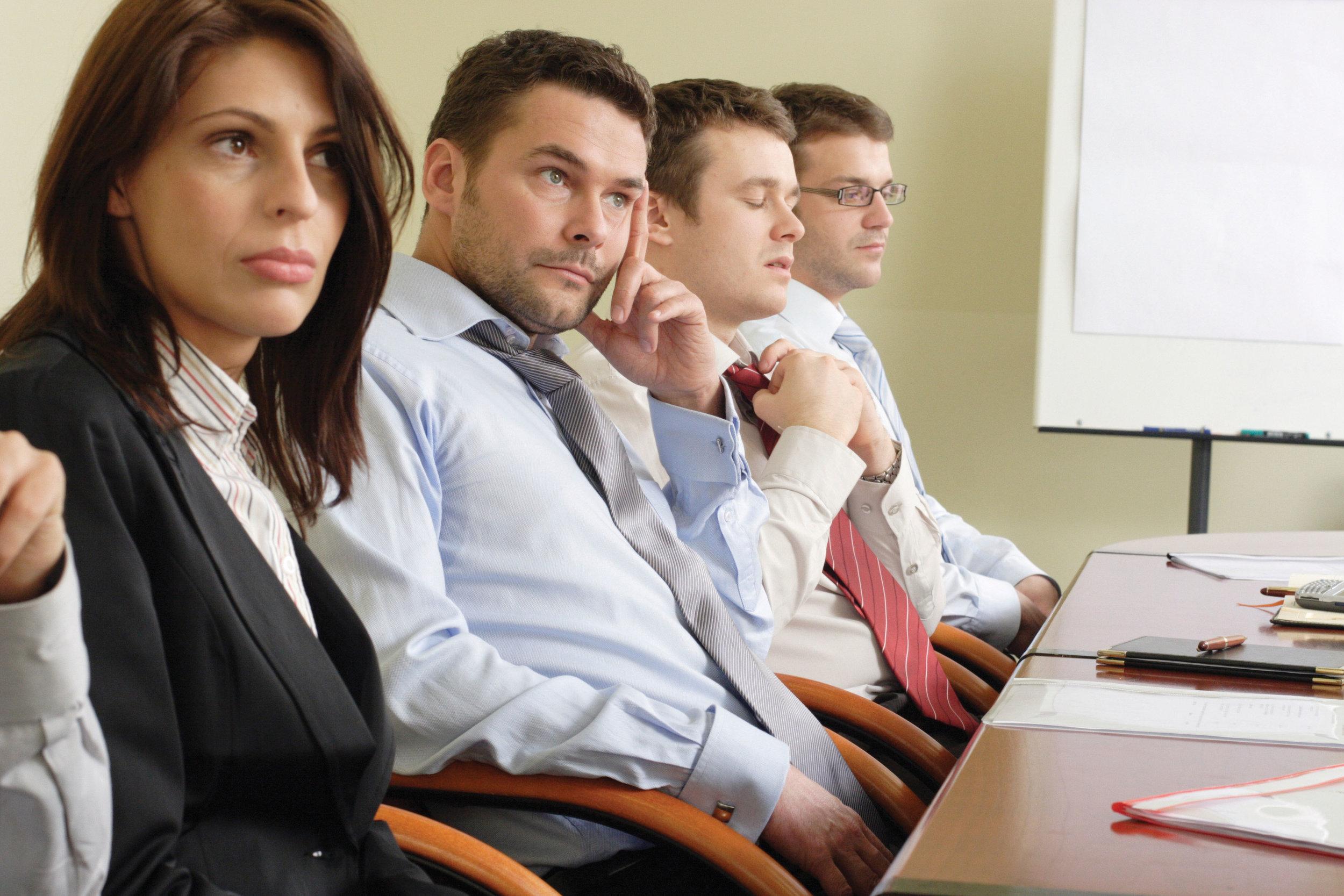 Bilder viser møtedeltakere som kjeder seg