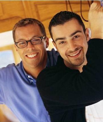 Bilde av to fornøyde menn