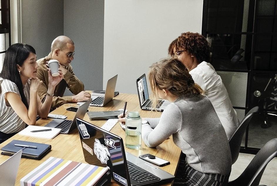 FIre møtedaltakere i et møterom