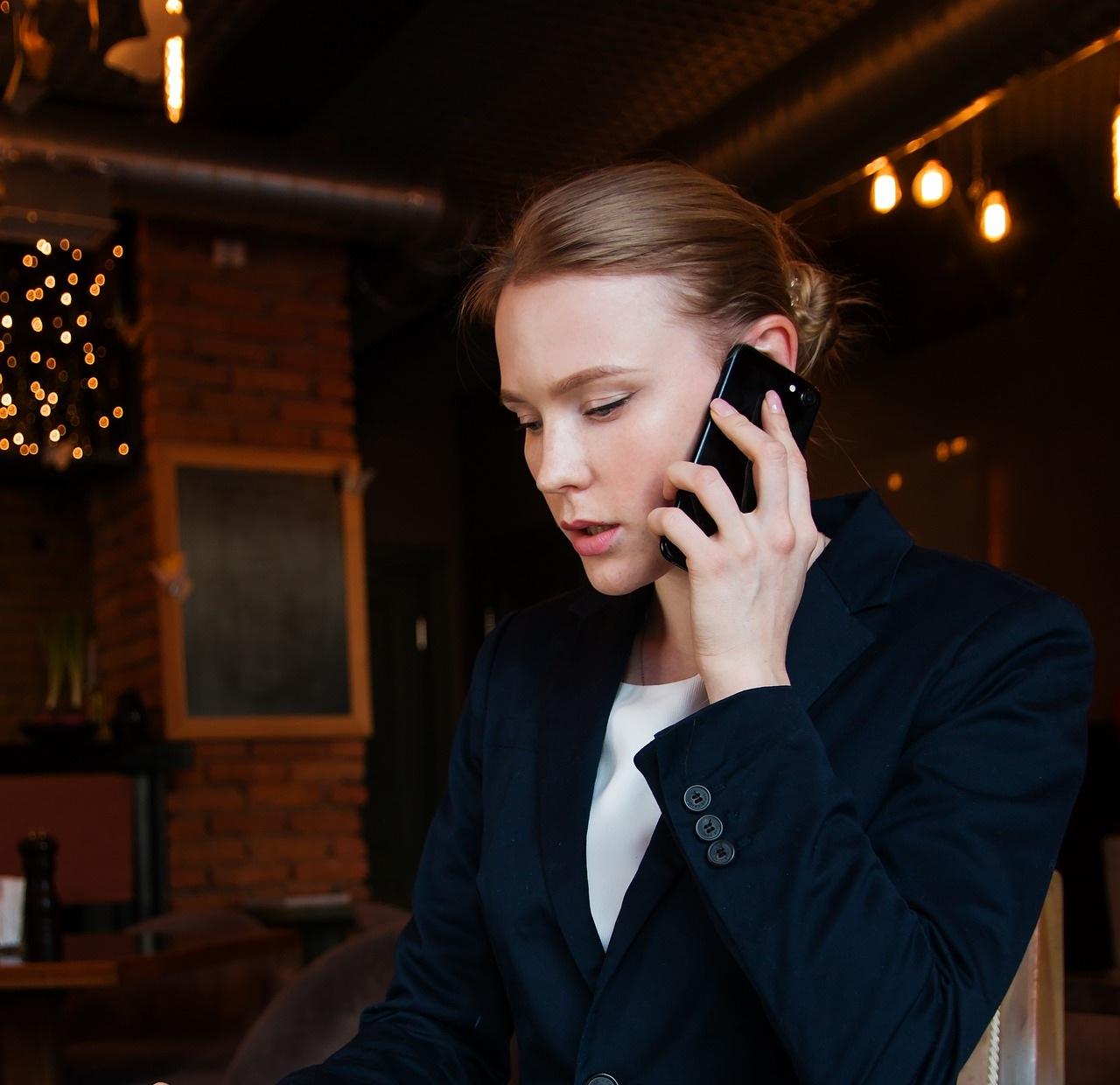 Bilde av kvinne som snakker i telefon
