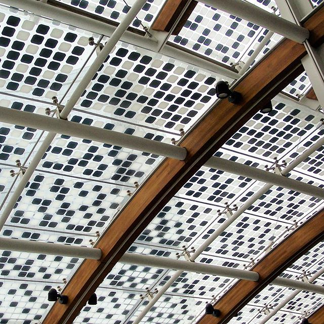 Yes, solar and architecture can have a symbiotic relationship! Here is an @energyglass.eu installation in Porta Nuova Milan that does just that.  The #pointfixed #slopedglazing system with #sunpower cells in conjunction with a screen printed #frit filters just the right amount of light while capturing the sun's energy! . . . . . . #solararchitecture #solar #solarpanels #solarglass #bipv #photovoltaicglass #photovoltaic #portanuova #portanuovamilano #portanuovasmartcommunity