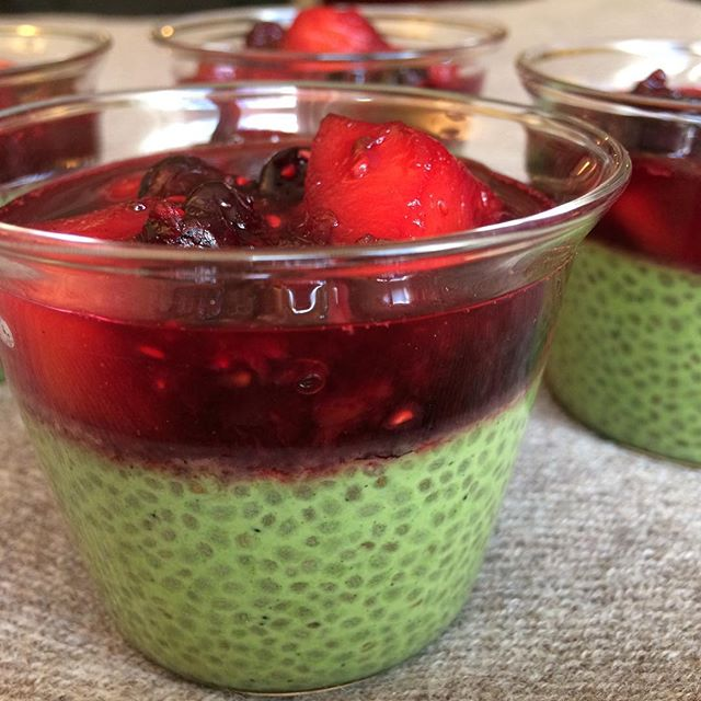 Dessert riche en goût et en couleurs... graines de chia, coco, matcha... compotée de fruits rouges et mangue (surgelés bios)... Rien à faire... une tuerie!!! #matcha #grainesdechia #dessert #healthydessert #faitmaison #papillesenfete #undelice #miam #beauetbon