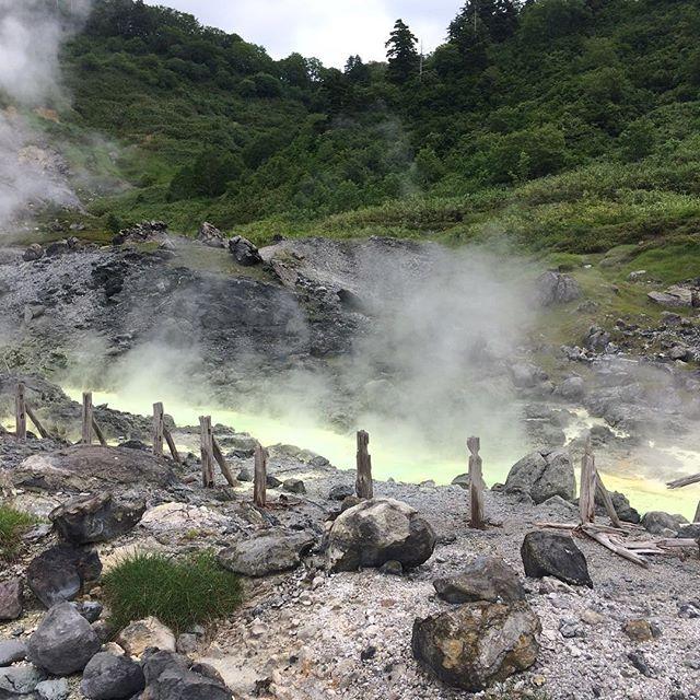 L'une des sources d'eau chaude les plus concentrées en soufre de tout le Japon... les vapeurs soignent... mais peuvent aussi vous intoxiquer gravement... des couleurs et une atmosphère à couper le souffle... #onsenjapon #sourcesdeauchaude