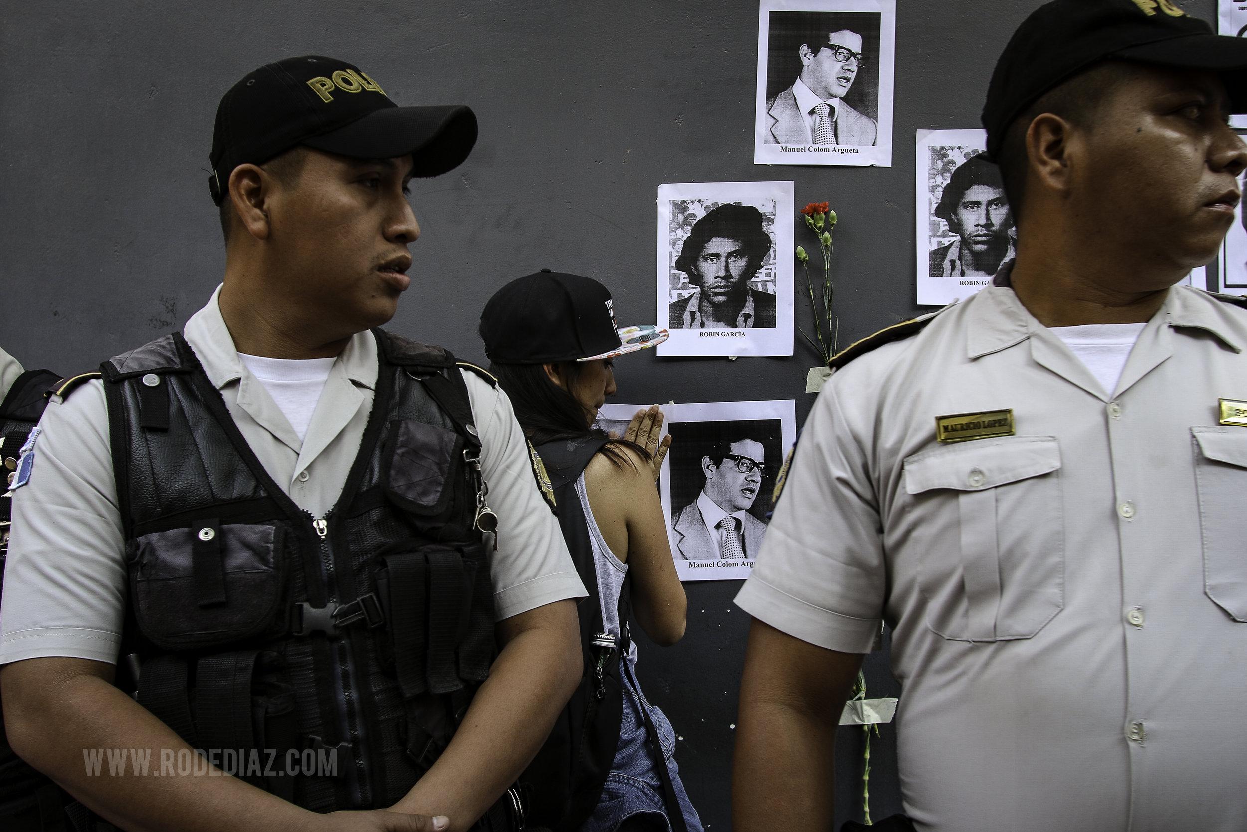 Estudiante Universitaria coloca fotografías de lideres estudiantiles asesinados y desaparecidos.  Roderico Y. Díaz