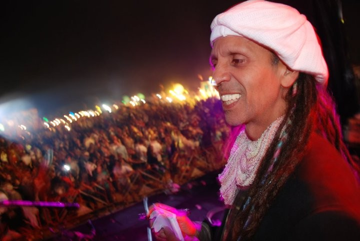 Fantuzzi before the crowds at Pai Reggae Music Fesival 2011.jpg