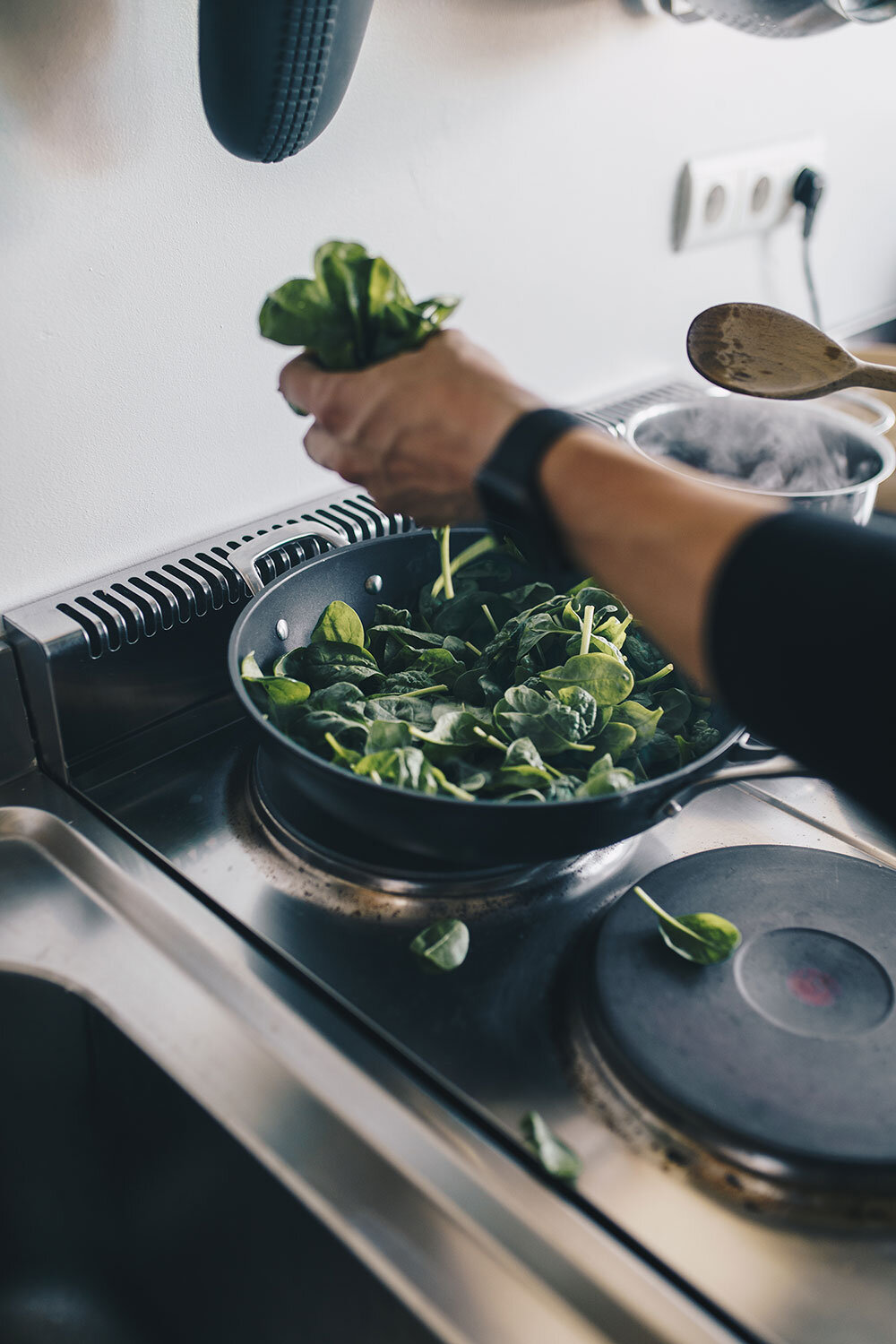 3. - Add to that your spinach and spread it around in the pan, until it's well done. Stir regularly! Take the lid off the pan at the end when you're cooking on high heat.