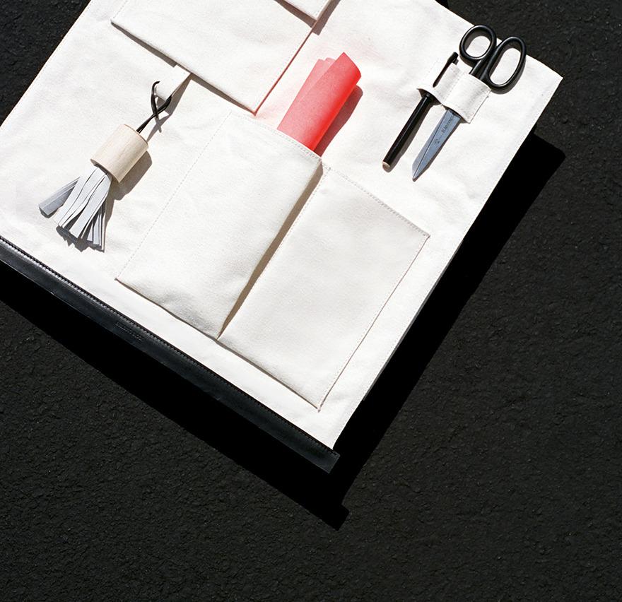 Building Block Bags- Line Tool Kit   Pamuk astarlı, çoklu cepler, kalem yeri,anahtarlık döngü, fermuarlı ve dizüstü bilgisayar bölümü olan vegtan deri sapı ile çoklu kullanımlı kanvas çanta.