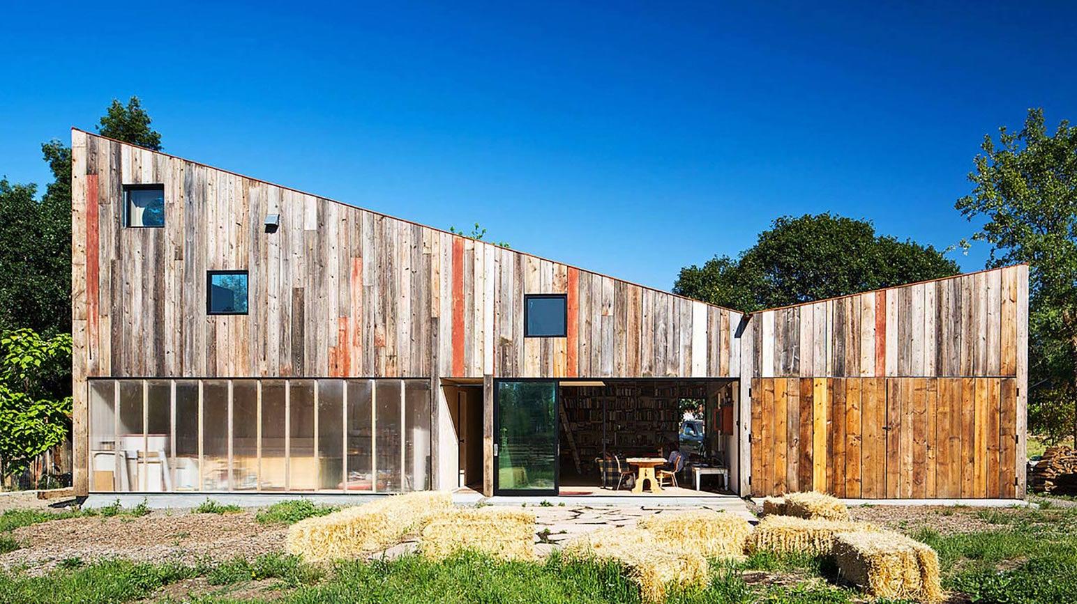 More-Ulnes Architects'in Kaliforniya'da eski bir ahırdan dönüştürdükleri sanatçı stüdyosu.
